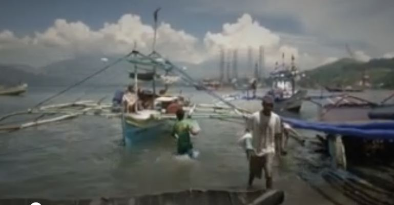 China gives fish to Filipino fishermen